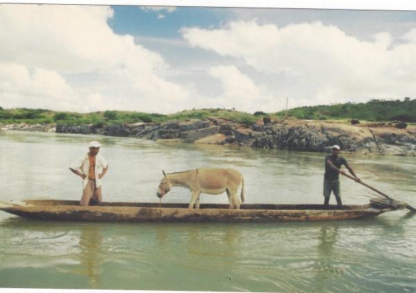 O rio antes da construção da usina dava vida à cidade de Salto da Divisa
