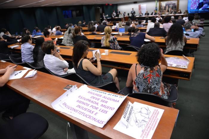 Caça às bruxas: Projeto de Lei nega acesso à pílula do dia seguinte e ao aborto a vítimas de violência sexual