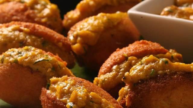 Na foto: meu acarajé da Bahia, que, como sabemos, é vegetal e delícia. Comida de preto! Alguém me apresenta uma comida europeia deliciosa e vegetal como essa? Rai ai, viu?