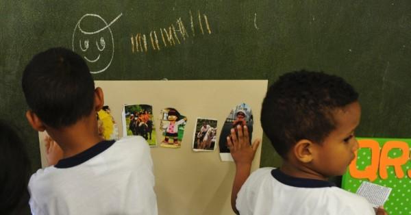 atividade sobre racismo na Emei (Escola Municipal de Educação Infantil) Guia Lopes, na zona norte de São Paulo. Na unidade, que atende mais de 400 crianças, os professores usam ferramentas lúdicas para ensinar conceitos e mostrar como o preconceito pode ser percebido no dia a dia das crianças. Junior Lago/UOL