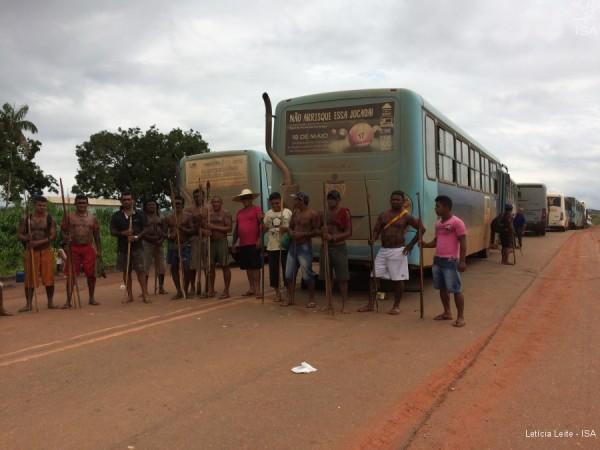 Índios da etnia Juruna e Arara da Volta Grande bloqueiam rodovia Transamazônica para pedir indenizações   Letícia Leite - ISA