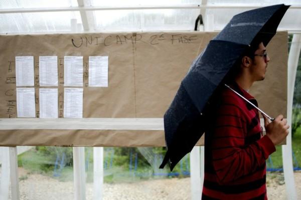 Estudante aguarda vestibular da Unicamp: a nova geração de universitários pode ajudar a melhorar a vida acadêmica. Marcelo Camargo / Agência Brasil.