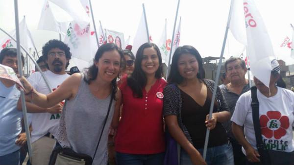 Verónika Mendoza (de vermelho ao centro) durante comício da Frente Ampla. Reprodução Facebook.