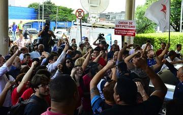 Defensores de Lula no aeroporto de Congonhas: 'festa' da oposição que poderia ter acabado em tragédia.