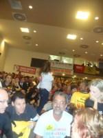 Auditório lotado, com pessoas sentadas no chão, em pé e ainda vieram mais estudantes