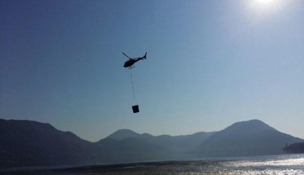 A pedido da Defesa Civil, bombeiros levaram helicóptero para transportar as caixas d'água