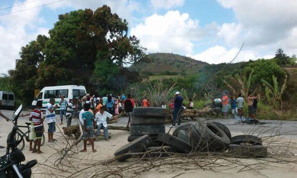 Indígenas da comunidade Wassu Cocal interditam a BR 101-AL por melhorias na educação e na saúde. Foto: Rosineide Wassu