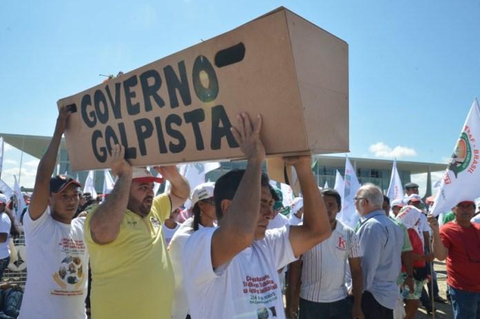 Brasília - Integrantes do Movimento dos Trabalhadores e trabalhadoras da Agricultura Familiar protestam contra o governo Michel Temer, em frente ao Congresso Nacional (Antonio Cruz/Agência Brasil)
