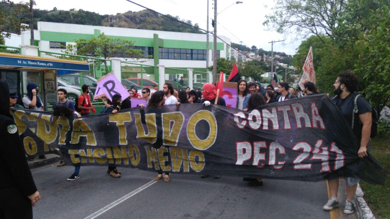 Manifestação sai da Mauro Ramos para voltar para o Ticen
