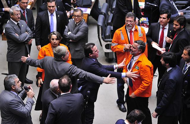 Parlamentares do governo e da oposição discutem em plenário durante votação da proposta / Luís Macedo/Câmara dos Deputados