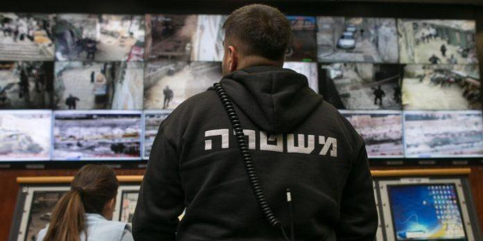 Pessoas observam câmeras de vigilância em telas dentro da unidade Mabat 2000 da polícia de Jerusalém, em 17 de novembro de 2015.