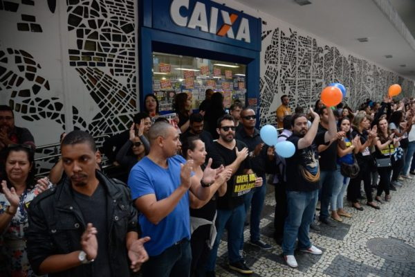 Rio de Janeiro - Bancários em greve fazem ato de protesto em frente à Caixa Econômica no centro da cidade (Fernando Frazão/Agência Brasil)