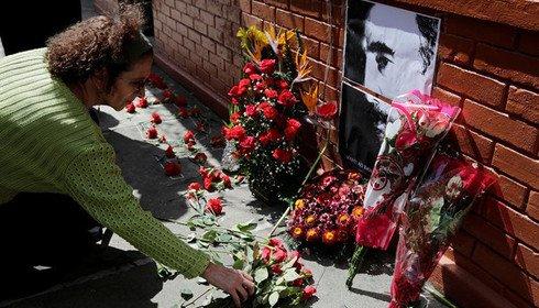 Fascistas destroem flores e homenagens a Fidel na frente da embaixada de Cuba