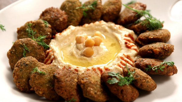 Falafel é um bolinho frito de grão-de-bico bem temperado, prato típico árabe / Reprodução