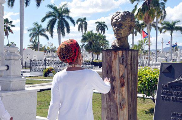 piedad-cordoba-rinde-homenaje-a-fidel-y-a-marti-en-santiago-de-cuba-4-580x385