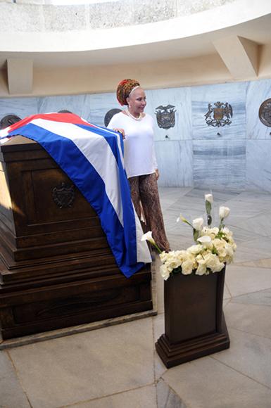 piedad-cordoba-rinde-homenaje-a-fidel-y-a-marti-en-santiago-de-cuba-5