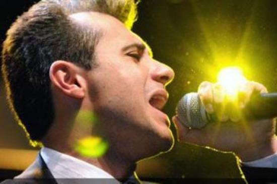 Ele canta músicas romanticas