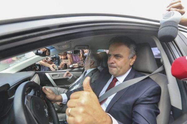 Aécio, ao lado de FHC, em novembro de 2016, após visita a Temer: senador tucano violou a Constituição (Foto: Valter Campanato / Agência Brasil)