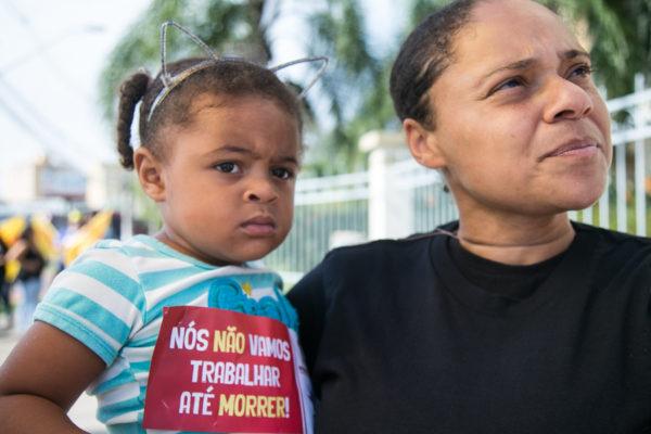 Professora Inae Macedo levou as filhas para o ato (Foto: Maia Rubim/Sul21)