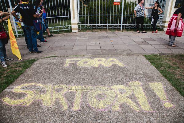 24/03/2017 - PORTO ALEGRE, RS - CPERS realiza escracho em frente a residência do governador José Ivo Sartori. Foto: Maia Rubim/Sul21