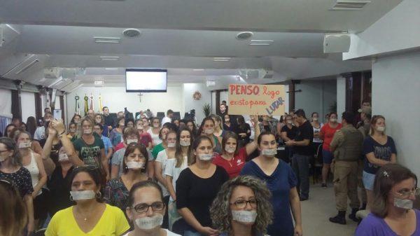 Servidores protestam em silêncio, amordaçados durante sessão legislativa (Foto: Reprodução)