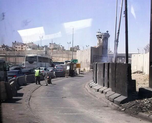 Chegando o posto de controle de Qalandia. Foto: Tali Feld Gleiser
