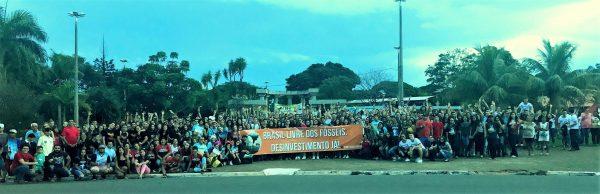 Juventude católica em marcha contra os combustíveis fósseis
