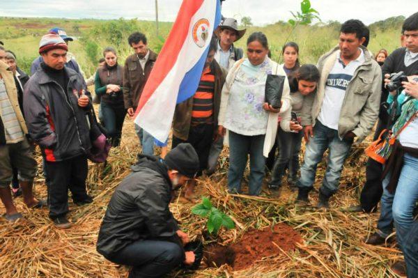 Camponeses paraguaios lembram morte de 11 companheiros plantando árvores em Curuguaty, estopim da crise no país. Foto: Conamuri Paraguay