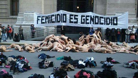 Feminicídio é genocídio: manifestação artística em Buenos Aires