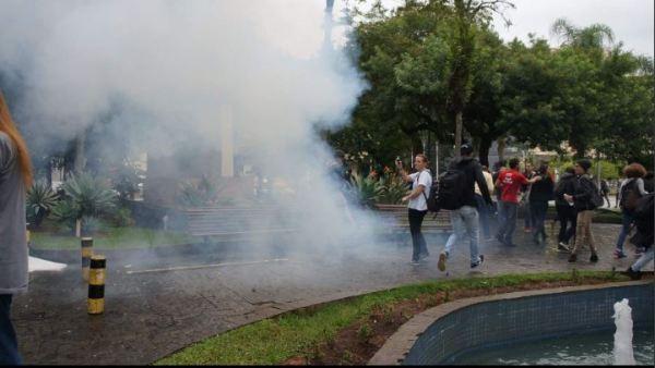 Repressão policial durante ato de repúdio ao deputado Jair Bolsonaro. Foto: Marcelo Zapelini/Desacato.info