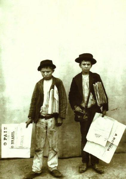 'Meninos vendedores de jornais'. Rio de Janeiro, 1899 (Foto: Marc Ferrez).