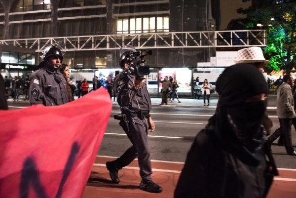 Policiais filmam ato de estudantes em setembro de 2016 (Foto: Daniel Arroyo/Ponte Jornalismo)