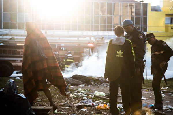 Agente de segurança e moradores da região da Luz (Foto: Daniel Arroyo/Ponte Jornalismo)