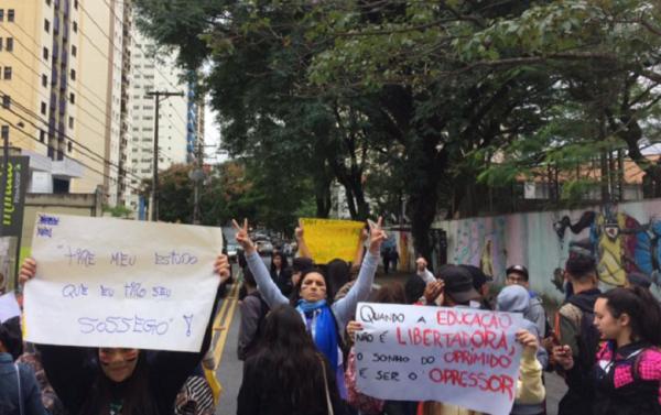 Alunos vão às ruas contra fechamento de salas na EE Romeu de Moraes, na Lapa, São Paulo