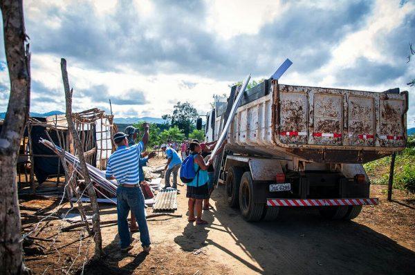Os barracos, objetos pessoais, a escola do acampamento e a produção de alimentos saudáveis foram destruídos por um trator (Foto: Gustavo Oliveira)