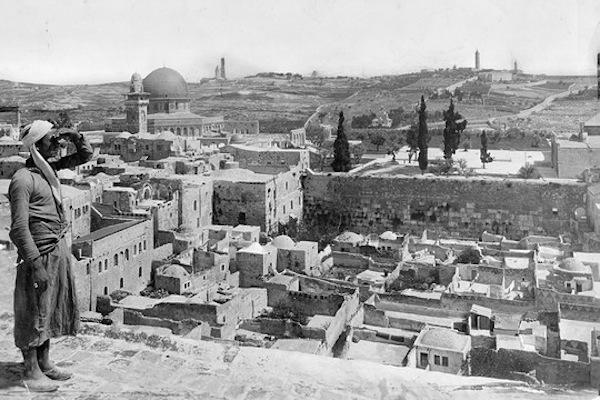 O Mughrabi Quarter antes da ocupação israelense em 1967; em segundo plano, o Muro das Lamentações e, ao fundo, a Esplanada das Mesquitas, o Domo da Rocha e o Monte das Oliveiras