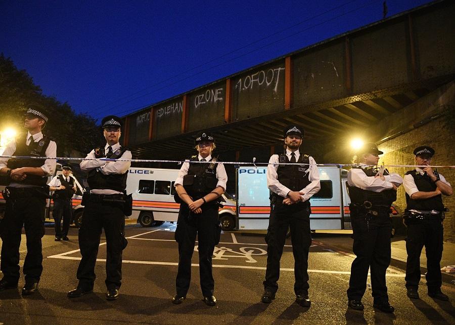 Policiais cercam área de Finsbury Park, onde atropelamento em frente a mesquisa deixou um morto. EFE/EPA/FACUNDO ARRIZABALAGA