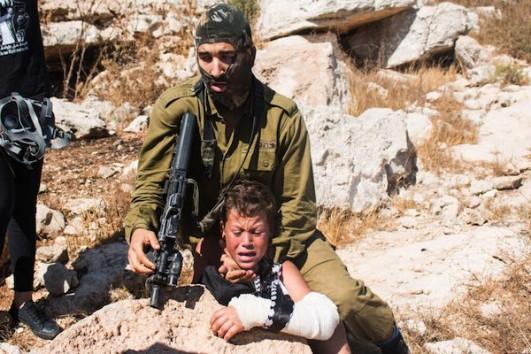 Soldado israelense tentando prender Mohammed Tamimi, 12 anos. Nabi Saleh, agosto 2015. Foto: Karam Salim
