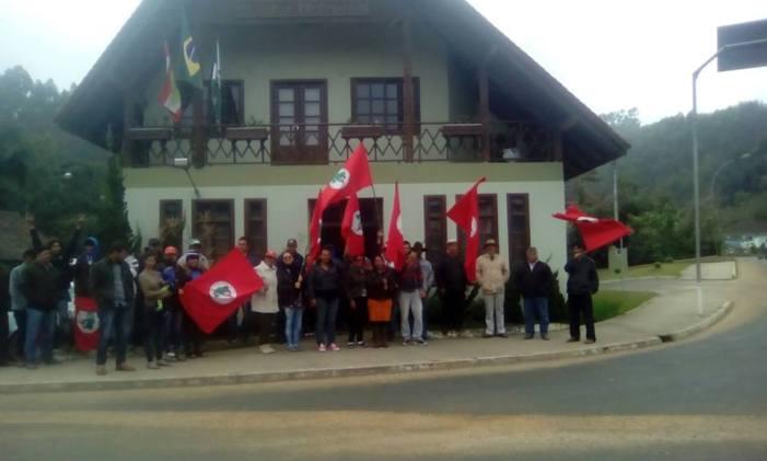 Famílias Sem Terra ocupam a prefeitura de Dr. Pedrinho/SC