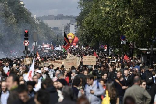 Franceses protestam contra a reforma trabalhista de Macron