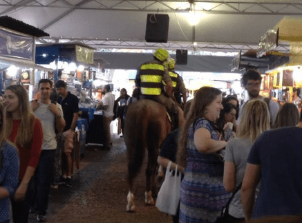Em POA, policiais rondam bancas da Feira do Livro montados em cavalos