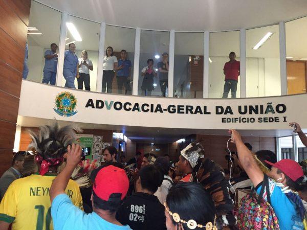 Povos indígenas ocupam AGU contra Parecer anti-demarcações de Temer