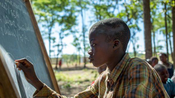 Refugiados lutam por educação sob as árvores da Tanzânia