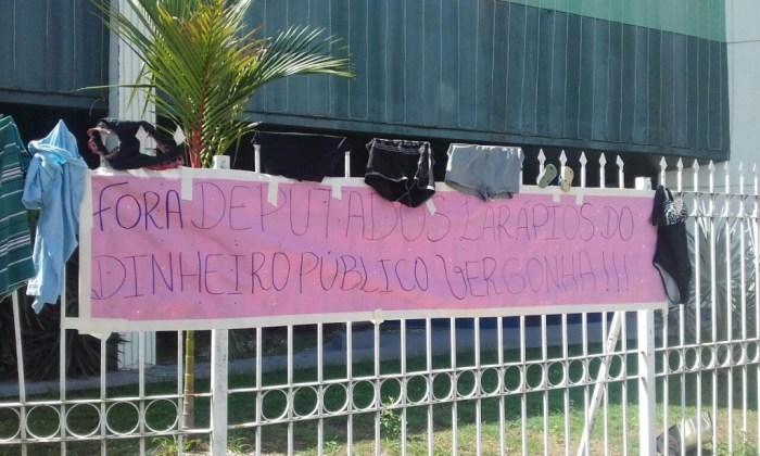 """População doa roupas a deputados em protesto ao """"auxílio-vestimenta"""" aprovado por deputados no Amapá"""