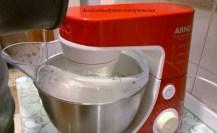 Avec le batteur en fonctionnement, incorporez le sirop aux blancs en neige.
