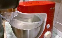 Com a batedeira ligada, incorpore o xarope às claras até obter o ponto de merengue.