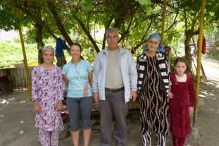 Famille qui nous a offert pain, fruits et the!