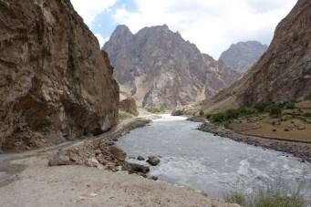 A gauche, le Tadjikistan, a droite , l'Afghanistan