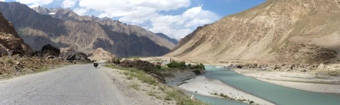 La route s'élève progressivement jusqu'au col à 4270m.