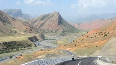 En route vers Gulcho, paysage coloré.??????